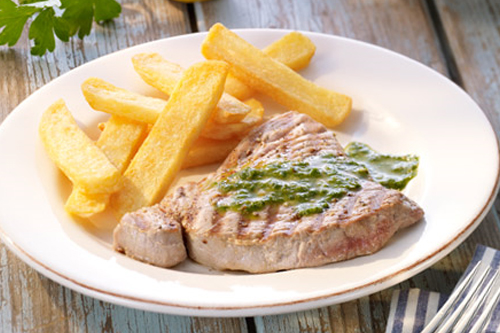 Thunfischsteak mit Petersilien-Zitronen-Pesto und Steakhouse fries