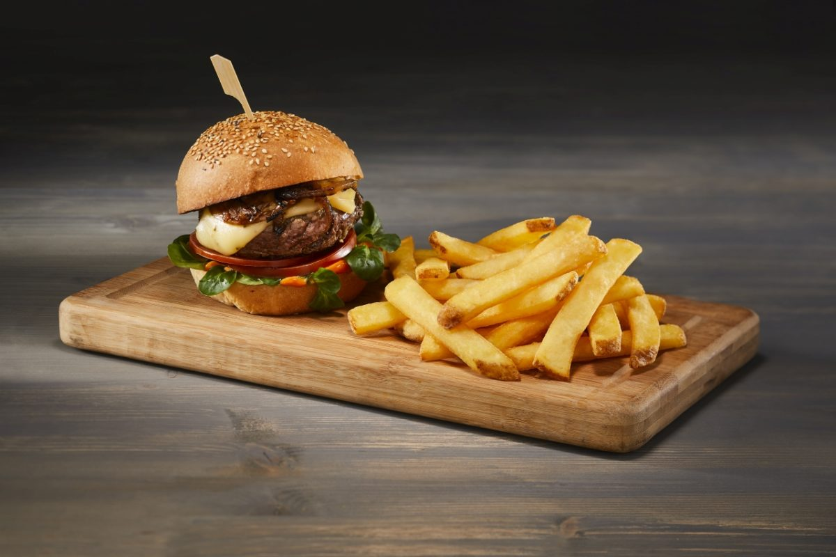 Gourmet Burger mit Home Style Fries